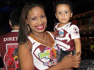 Lainara Rodrigues, 27, levou o filho de 1 ano para curtir a festa de Carnaval do time de coração  (Foto: Ive Rylo / G1 AM)