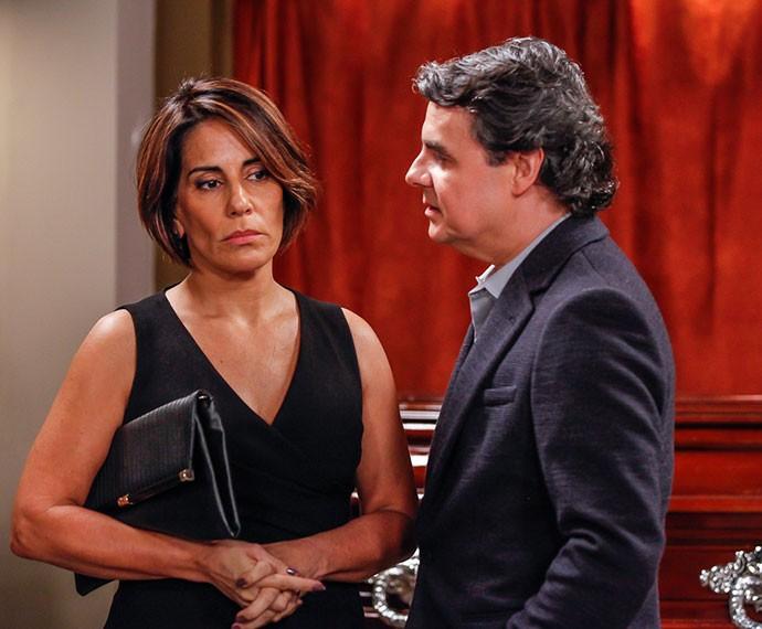 Evandro conta para Beatriz o escândalo (Foto: Artur Meninea/Gshow)