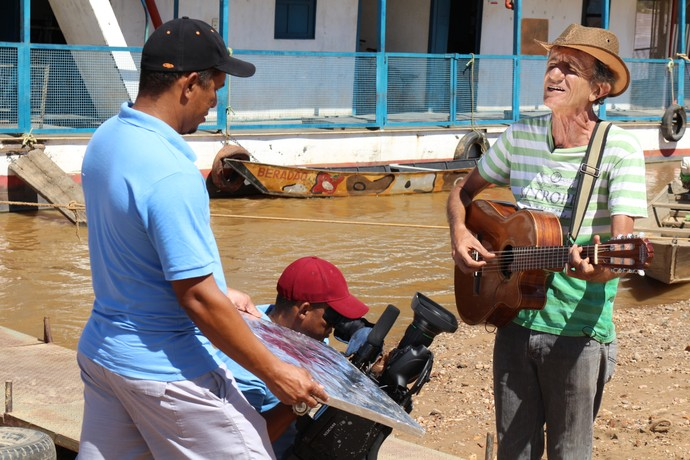Cantador Reginaldo Bello conta histórias sobre os vapores do São Francisco (Foto: TV Bahia)