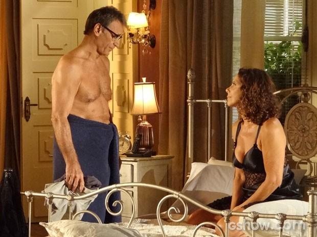 Ricardo até tenta desconversar o papo da mulher, mas... (Foto: Em Família/TV Globo)