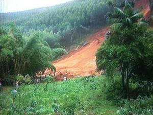 De acordo com os Bombeiros, pelo menos seis pessoas morreram soterradas (Foto: Reprodução/Inter TV)