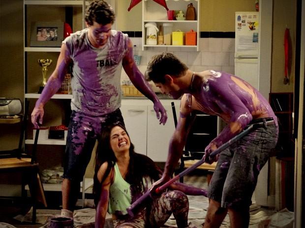 O trio se acaba de tanto rir com a lambança com as tintas (Foto: Avenida Brasil/TV Globo)