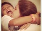 Nívea Stelmann comemora o dia do abraço com o filho