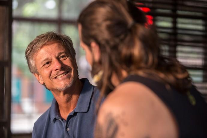 Vittorio dá força para o amor de Ralf e Milena! ♥ (Foto: Ellen Soares / Gshow)