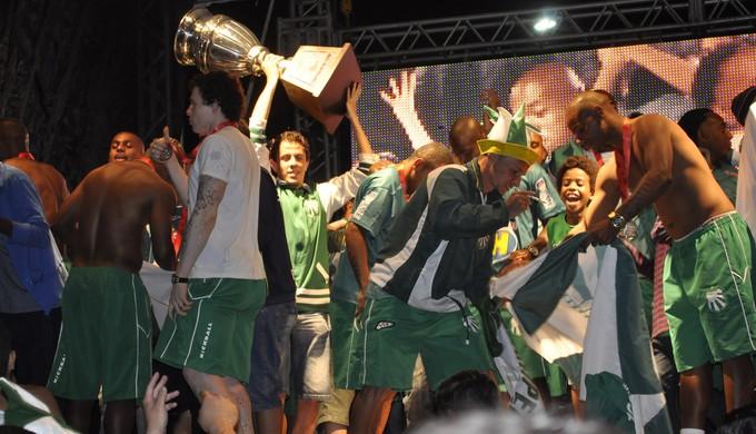 Jogadores da Caldense caíram na farra com a torcida do time de Poços de Caldas (Foto: Lucas Soares)