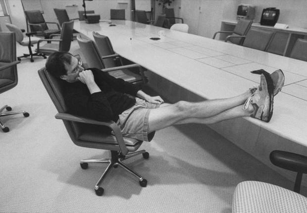 Jobs na sede da Apple, em Cupertino, com as roupas com que costuma receber até os clientes importantes: aos 52 anos, o bilionário da tecnologia continua ligado aos valores da contracultura americana dos anos 60. Cultiva Bob Dylan, desprendimento pessoal e (Foto: Diana Walker)
