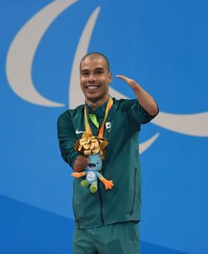 Descrição da imagem: Daniel Dias sorri no pódio dos 200m (Foto: André Durão)