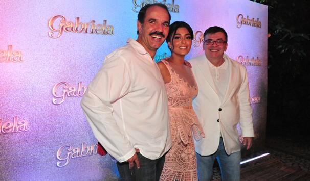Humberto Martins e Juliana Paes posam ao lado do autor da trama (Foto: João Miguel Jr./ TV Globo)