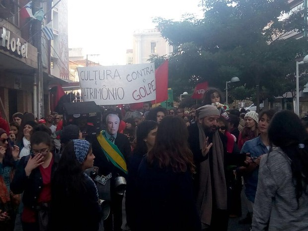 Manifestantes caminharam por ruas do Centro de Florianópolis (Foto: Cristiano Bittencourt/RBS TV)