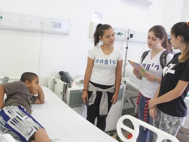Alunas leem livro para criança internada em hospital de Piracicaba (Foto: Flávio Rodriguez)