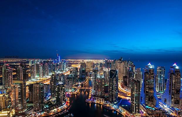 Os arranha-céus de Dubai parecem pequenos quando vistos do alto do avião (Foto: Reprodução/Karim Nafatni)