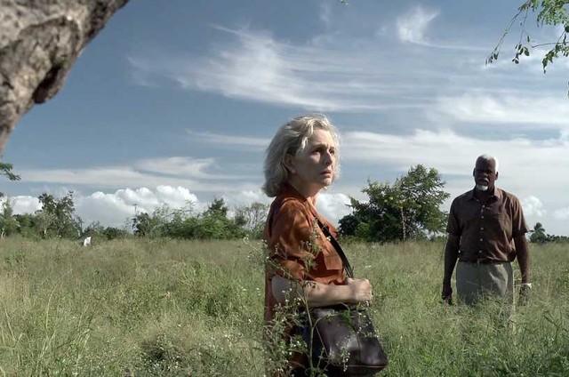 Irene Ravache estará nos cinemas em novembro com 'Yvone Kane'. Na foto, está em cena com Samuel Malumbe (Foto: Divulgação)