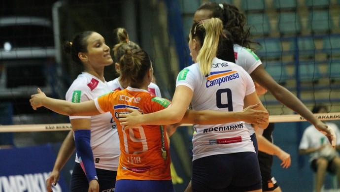 Jogadoras do Minas comemoram vitória sobre o São Bernardo, pela Superliga Feminina (Foto: July Stanzioni/SM PRESS)