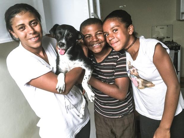 Maria Aparecida, Alan, Emili e sua cadela de estimação (Foto: Thayná Cunha/ G1)