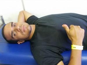 Ivo Freire foi atendido no Pronto-Socorro Clovis Sarinho, em Natal. Com o sinal de positivo, ele mostra que está tudo bem apesar da agressão (Foto: Durval Franco)