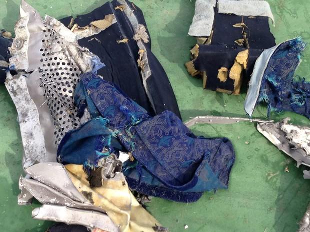 Imagem publicada no Facebook de um porta-voz militar egípcio mostra destroços que podem ser do avião desaparecido nesta semana. (Foto: Reprodução/AFP)