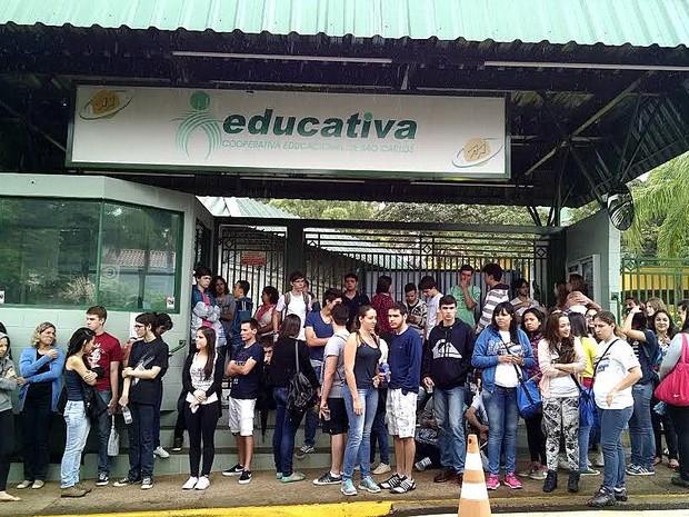 Vestibulandos aguardam abertura do portão para prestar a prova em São Carlos (Foto: Fabio Rodrigues/G1)