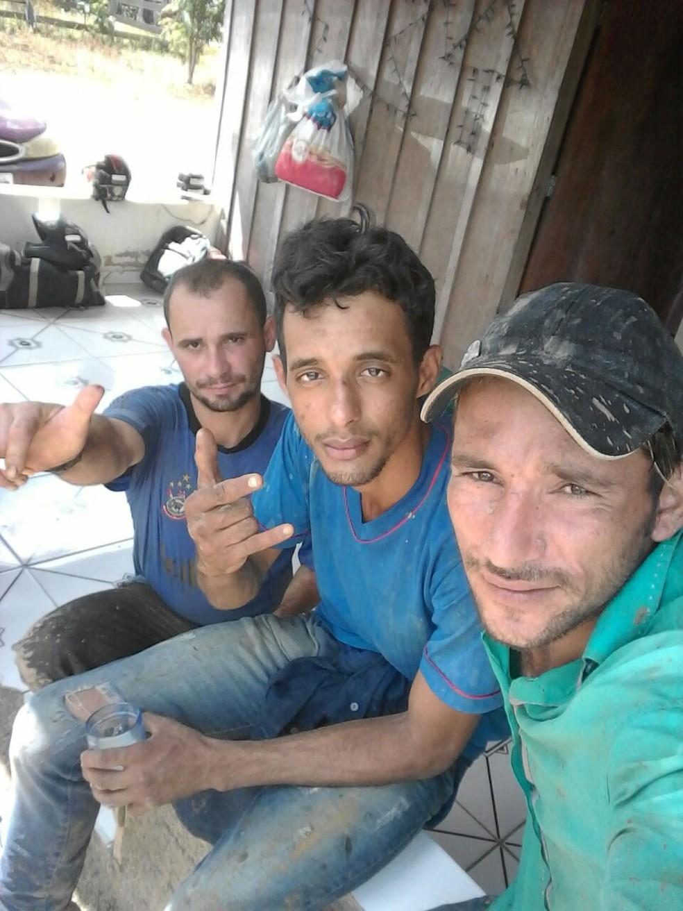 Jovem faz foto ao lado de amigos após ser resgatado da mata (Foto: WhatsApp/Reprodução)