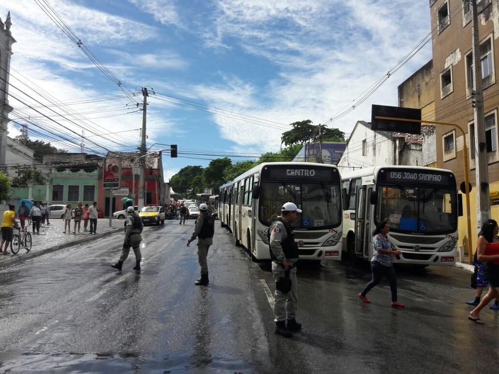 Ônibus ficaram parados em rua do centro de Maceió  durante protesto de cadeirantes (Foto: Magda Ataíde/G1)
