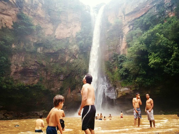 Banhistas se refrescam pertinho da queda d'água na cachoeira do Rio do Peixe (Foto: Marcos Ribeiro/TV Morena)
