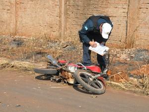 Motocicleta ficou parcialmente destruída com o acidente (Foto: Graziela Rezende/G1 MS)