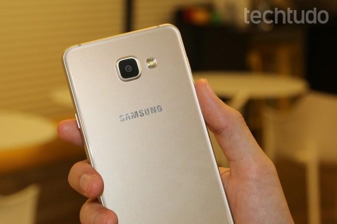 Galaxy A7 2016 tem 7,3 mm de largura (Foto: Caio Bersot/TechTudo)
