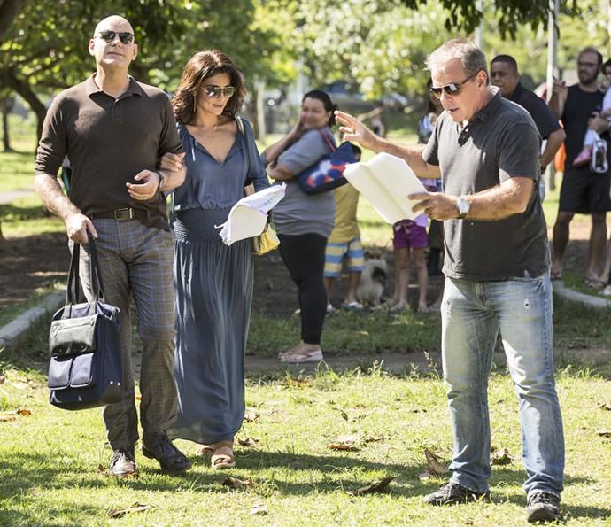 O diretor Marcus Figueiredo ensaia cena com Juliana Paes e Marat Descartes (Foto: Inácio Moraes/Gshow)