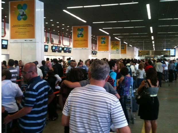 Falha no sistema da companhia aére Gol provoca atrasos e filas no aeroporto internacional Juscelino Kubitscheck, em Brasília (Foto: Maiara Dornelles/G1)