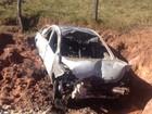 Mulher é arremessada para fora de carro e morre em acidente na GO-431