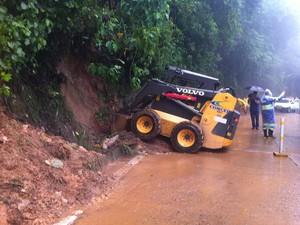 Máquina trabalha na retirada de ribanceira que atingiu pista da BR-040 (Foto: Isabela Marinho/G1)