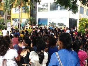 Servidores se reuniram na frente da Câmara dos Vereadores (Foto: Núbia Martins/Sintet/Divulgação)