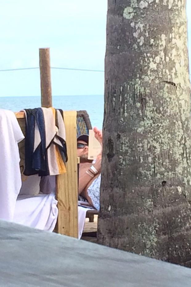 Rapaz que seria o ator Leonardo DiCaprio em Trancoso, na Bahia (Foto: Divulgação)