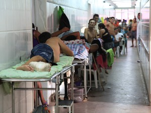 Pacientes são atendidos nos corredores do Socorrão 2 (Foto: Diego Chaves/O Estado)