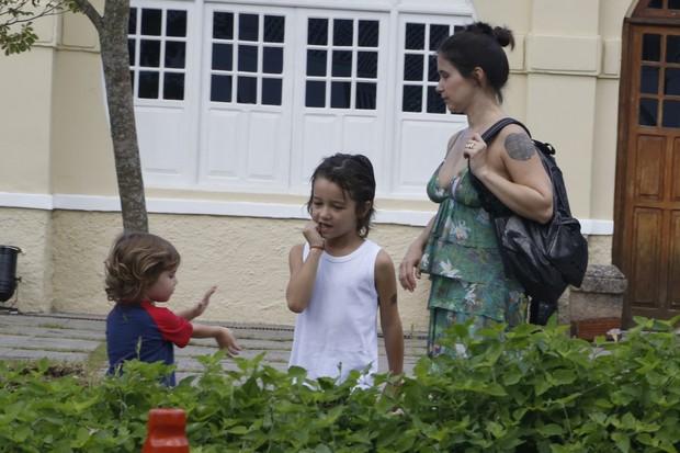 Sandra Delgado, mulher de Wagner Moura, também foi à peça com os filhos no Rio (Foto: Agnews/Roberto Filho)