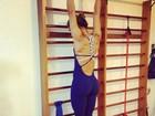 Mayra Cardi alonga o corpo e exibe curvas com macacão coladinho