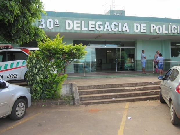 Fachada da 30 Delegacia de Polícia, em São Sebastião (Foto: Fernando Caixeta/G1)