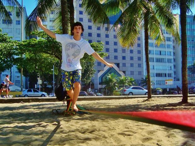 Guilherme Prates pratica slackeline na Praia da Barra (Foto: Malhação / Tv Globo)