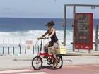 Bianca Bin anda de bicicleta na orla no Rio