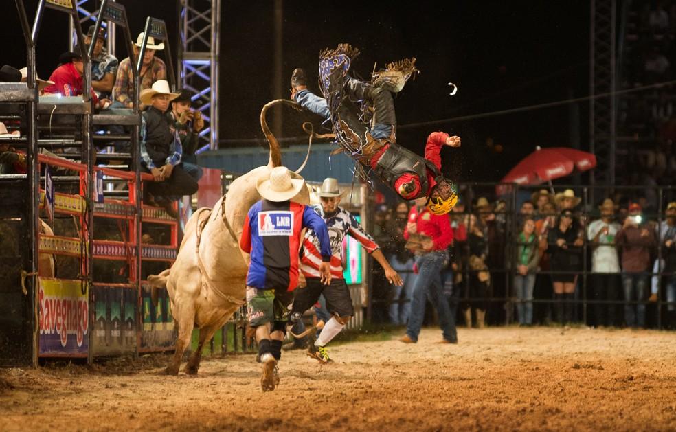 João Pedro Alves bateu a cabeça no cumpim do touro e foi lançado pelo animal no Ribeirão Rodeo Music 2017 (Foto: Érico Andrade/G1)
