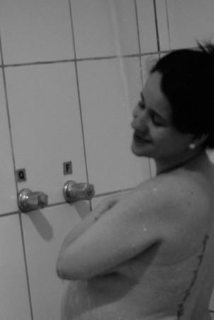 O chuveiro ajudava a aliviar a dor (Foto: Arquivo pessoal/ Marina Mamede)