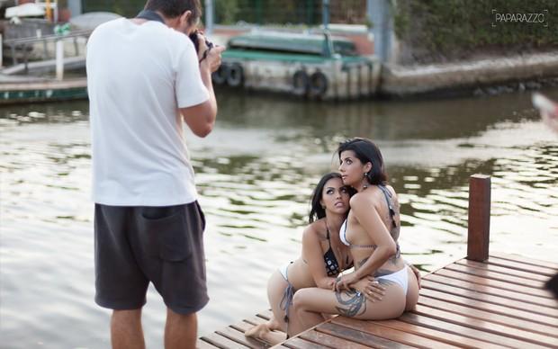 Camila Benfica e Karina Barros durante o ensaio para o Paparazzo (Foto: Anderson Barros / Paparazzo)