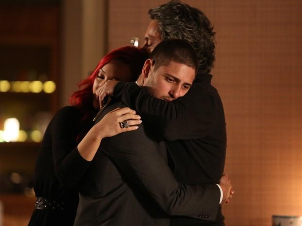 Muito emocionado, Zé abraça o filho e a nora (Foto: Pedro Curi/TV Globo)