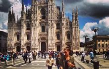 Izabel Goulart elege look estiloso para curtir dia de folga em Milão