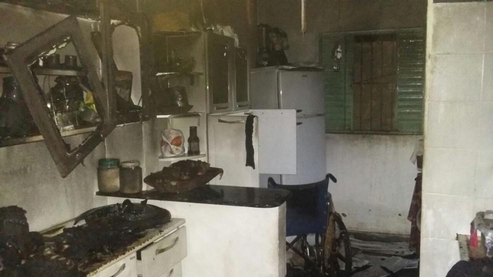 Cozinha ficou destruída após a explosão com o botijão de gás  (Foto: Divulgação/ Corpo de Bombeiros )