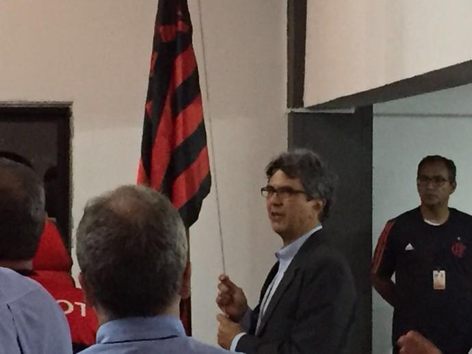 Mário Esteves Filho, de terno, foi reeleito presidente do Conselho Fiscal do Flamengo (Foto: GloboEsporte.com)