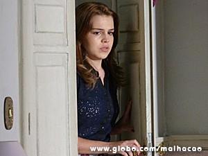 Anita fica paralisada ao ver o beijo (Foto: Malhação / TV Globo)