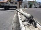 Homem bate carro e derruba poste em avenida no bairro de Jaraguá, Maceió