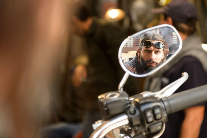 O ator conta que chegou a tatuar amigos para se preparar para o personagem (Foto: Ramón Vasconcelos/Globo)