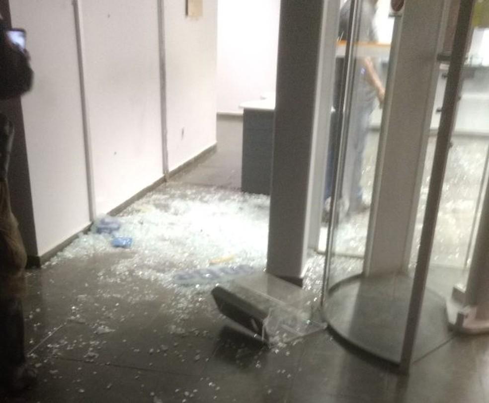 Bandidos explodiram o cofre do banco (Foto: Polícia Militar/ Divulgação)