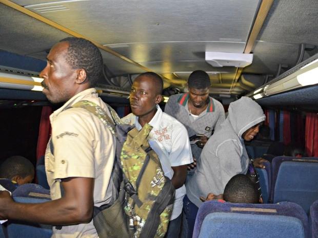Transporte de imigrantes voltou a ser feito, após quase dois meses (Foto: Yuri Marcel/G1)